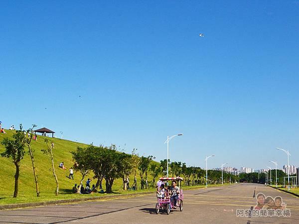 八里-十三行文化公園06-公園內騎車的人們