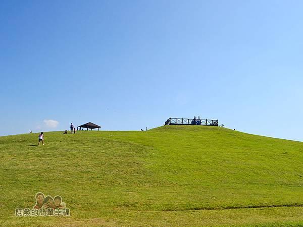 八里-十三行文化公園24-露營區前的小山丘景色有擎天崗的Fu