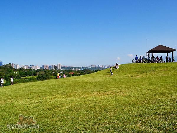 八里-十三行文化公園29-小山丘上的涼亭與草皮上嬉戲的小孩們
