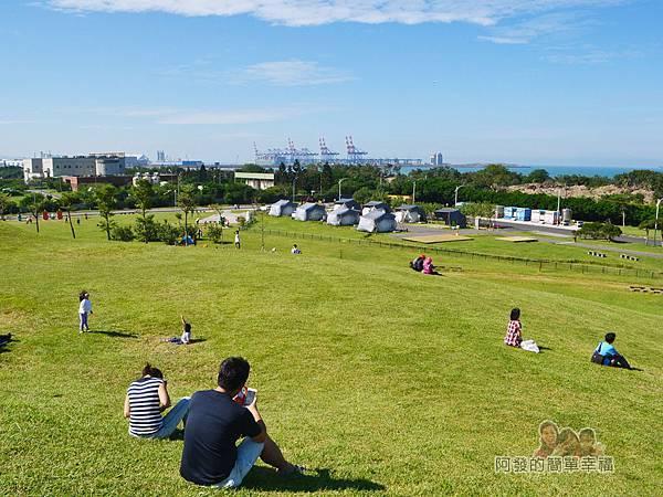 八里-十三行文化公園31-小山丘草皮上休憩的人們