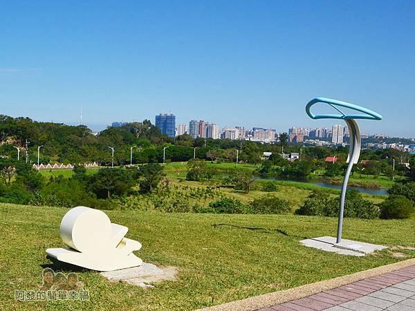 八里-十三行文化公園32-小山丘草皮上的風箏與划草造型裝置