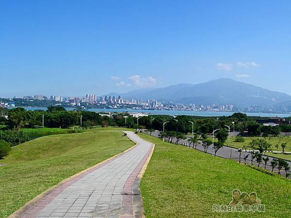 八里-十三行文化公園33-小山丘上往淡水景色