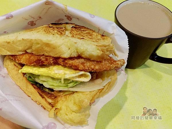小柏小傑09-丹麥吐司酥炸大阪雞排+奶茶.jpg
