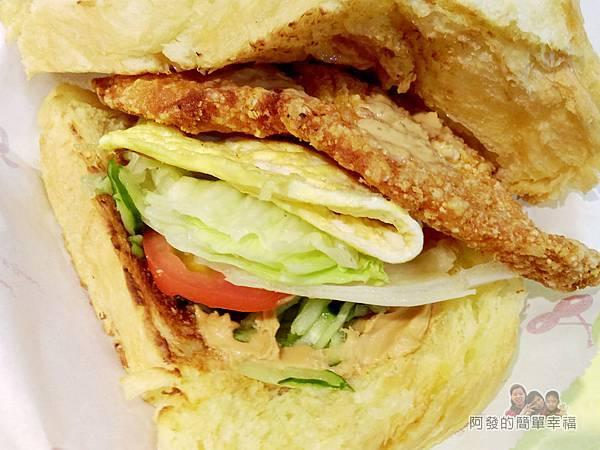 小柏小傑11-丹麥吐司酥炸大阪雞排豐盛的配料.jpg