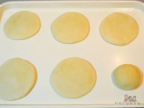 蘿蔔絲餅14-將圓狀麵團壓扁