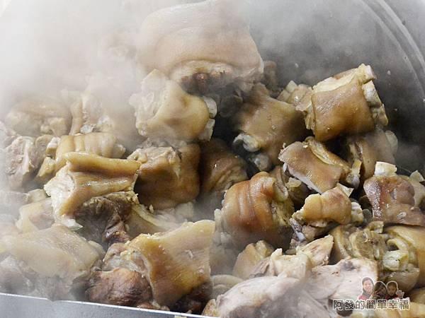 新莊-當歸豬腳02-煮好備用的豬腳堆