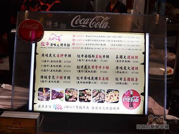 紅牛原味炭烤牛排09-櫃檯上的價目表與分店訊息