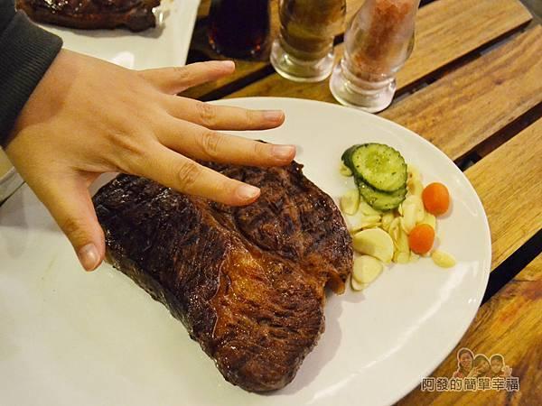 紅牛原味炭烤牛排20-21oz炭火肩胛牛排比手掌還大許多