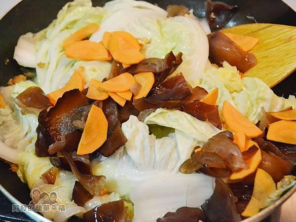 蛋香滷白菜06-下木耳紅蘿蔔拌炒