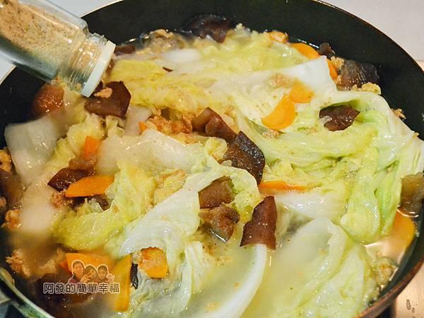 蛋香滷白菜08-撒胡椒粉