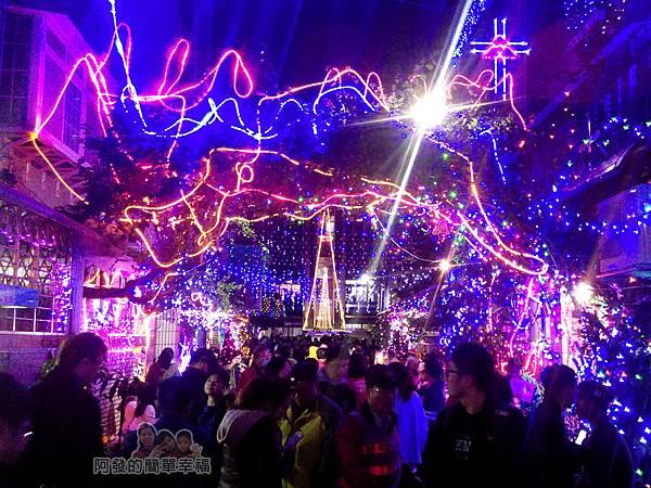 吉慶里聖誕巷06-滿滿的人潮充滿歡樂的氣氛海