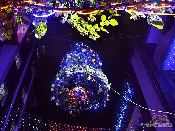 吉慶里聖誕巷15-懸掛空中巨大的聖誕鈴燈飾
