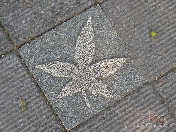 玉山公園07-步道上的楓葉浮雕圖案