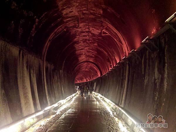 功維敘隧道29-紅色的光影