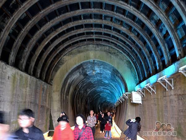 功維敘隧道31-出口也等於另一側遊客的入口-加長的明隧道