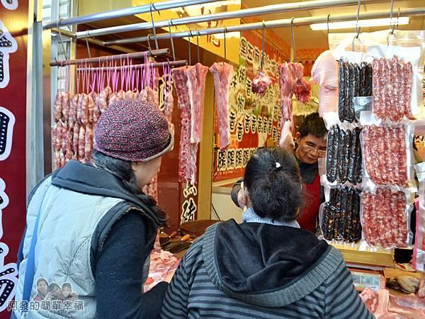 陳記紅牌黑豬肉香腸05-購買豬肉的婦人們
