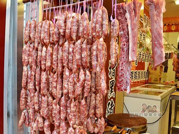 陳記紅牌黑豬肉香腸06-攤上的香腸串