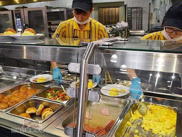 IKEA(早餐)13-主餐區忙碌的工作人員