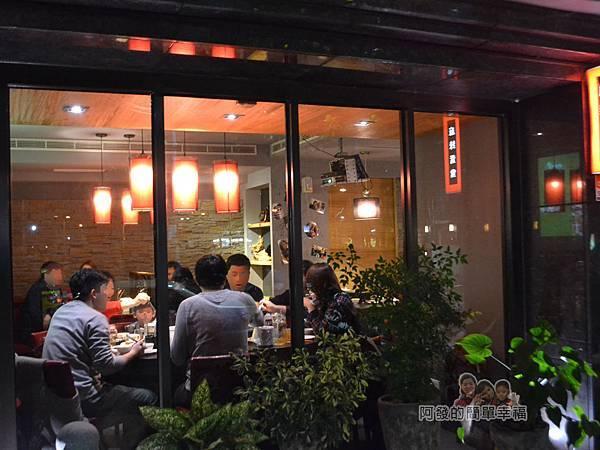 齊味麻辣鴛鴦火鍋04-落地窗外看店內的用餐氣氛
