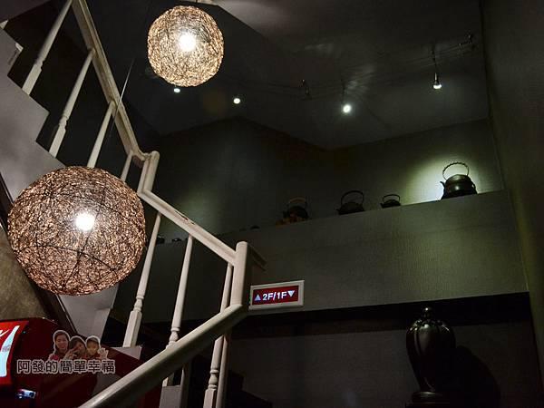 齊味麻辣鴛鴦火鍋12-往二樓的階梯