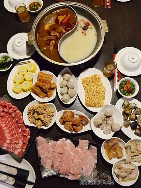 齊味麻辣鴛鴦火鍋17-豐盛的鍋料俯瞰