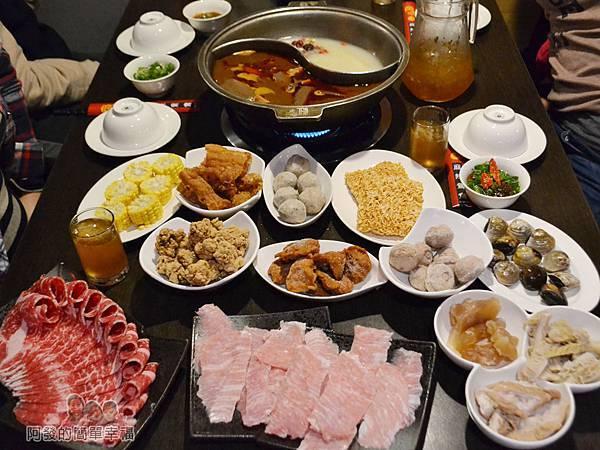 齊味麻辣鴛鴦火鍋18-滿桌的豐盛鍋料