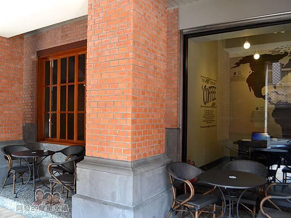星巴克保安門市06-一樓廊道上的用餐區
