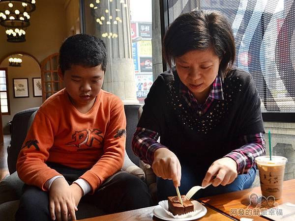 星巴克保安門市27-專注期待著蛋糕的兒子