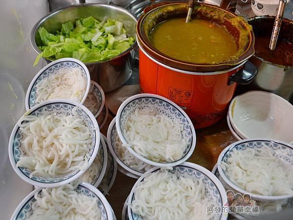 呷二嘴05-烹調檯上的米苔目