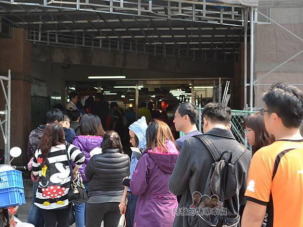 林合發油飯粿店03-永樂市場1號門外排隊人潮