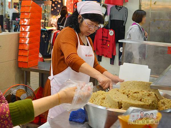 林合發油飯粿店08-忙碌的店員