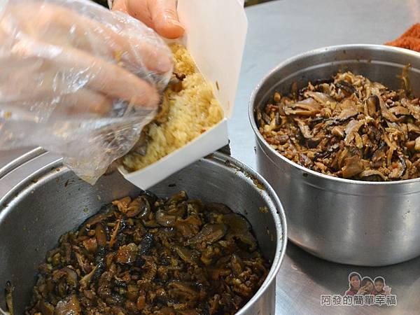 林合發油飯粿店10-放上配料