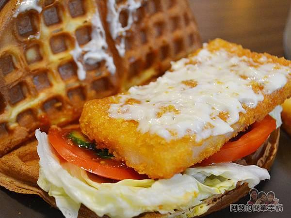 瑞比早午餐37-瑞比魚排鬆餅-魚排上有不少塔塔醬