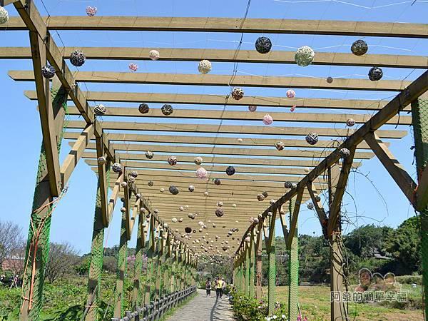 三生步道33-木廊道與懸掛藤球