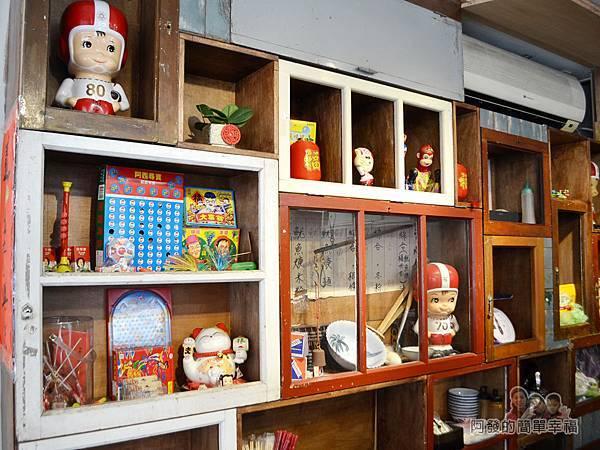 老阿伯魷魚羹09-古早木櫃與童玩.jpg