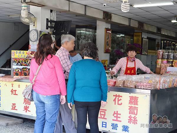 出名紅龜粿03-購買人潮雖沒大排長龍但也沒斷過