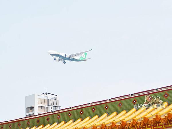 坑口彩繪村08-不時可看到飛機準備降落