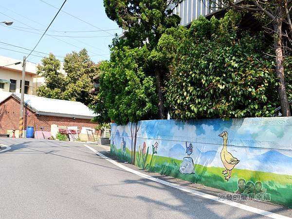 坑口彩繪村12-路旁矮圍牆上的彩繪