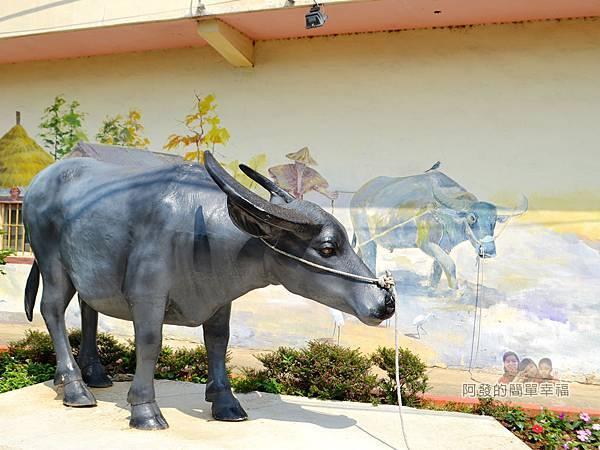 坑口彩繪村14-坑果路661巷26號牆面彩繪-水牛雕像