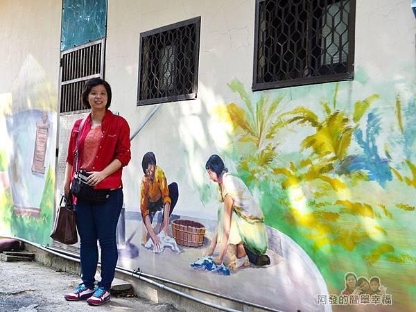 坑口彩繪村18-彩繪巷-農村婦人洗衣彩繪