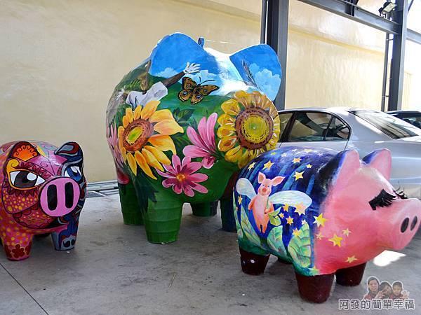 坑口彩繪村36-公園旁雨天球場中的立體彩繪豬