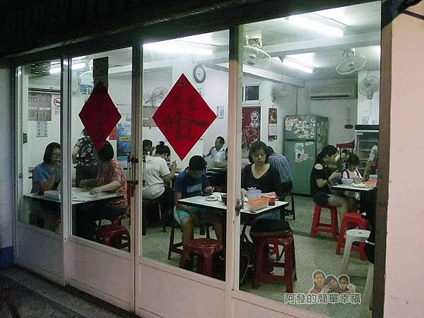 莊敬路無店名牛肉麵02-大面積的玻璃窗門.JPG