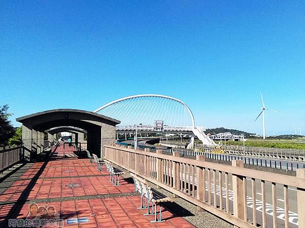 新竹市香山-豎琴橋06-沿步道走到坡堤上