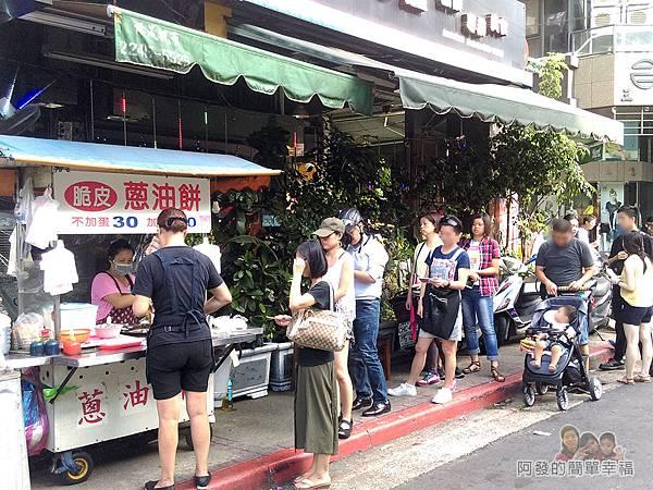 黃福龍脆皮蔥油餅01-攤前人潮