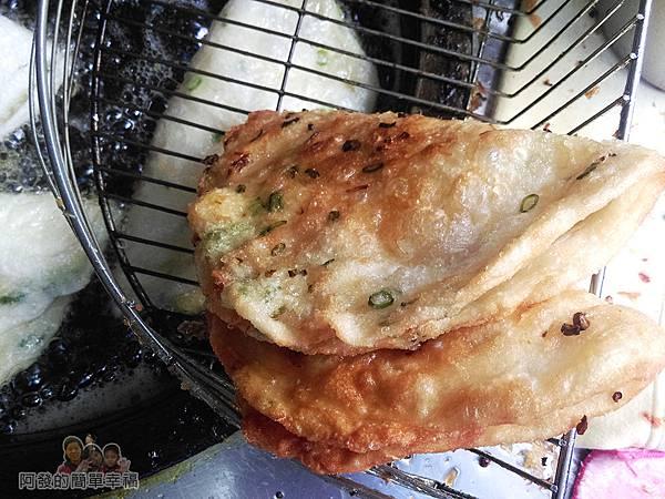 黃福龍脆皮蔥油餅05-起鍋瀝油陣陣蔥花與餅皮酥香