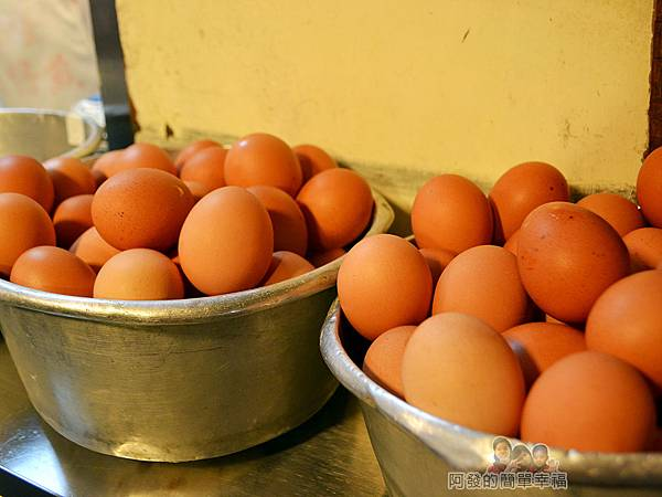 賴雞蛋蚵仔煎05-色澤動人的橘紅色土雞蛋
