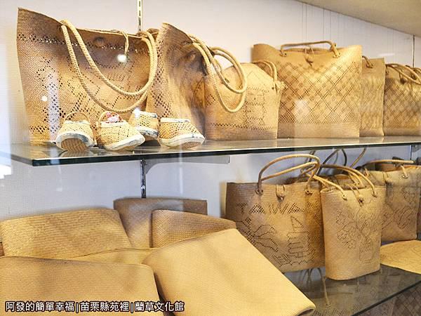 藺草文化館12-具時尚感的草編大提袋展示.JPG