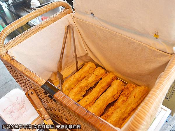安嘉明鹹油條08-炸好的油條放入竹簍箱中保溫