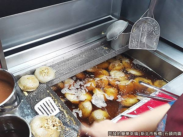 石頭肉圓03-油鍋中的肉圓.jpg