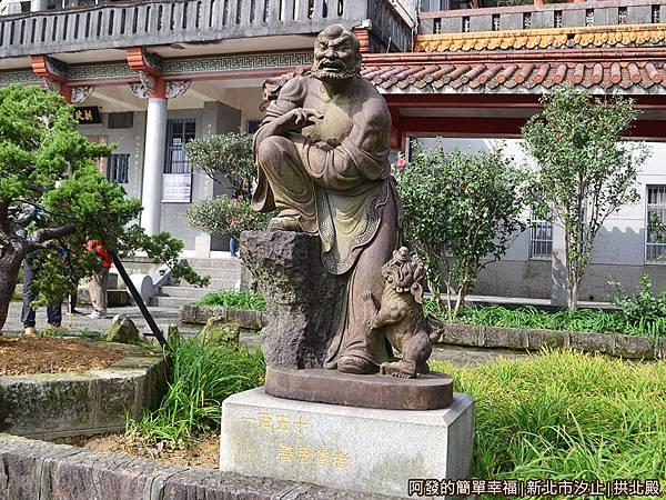 汐止拱北殿10-周邊有數尊羅漢石雕像